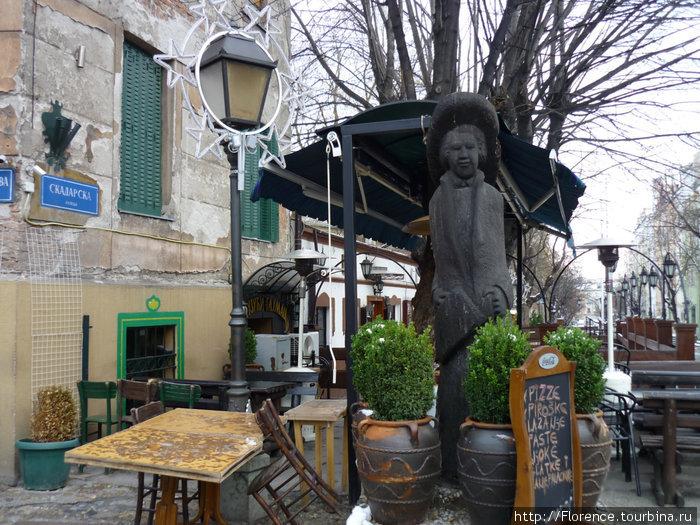 Памятник бродячему артисту и летнее кафе