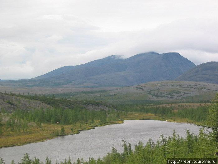 Вид на безымянное озеро и гору Черная