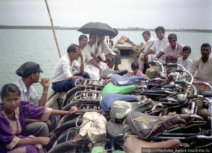 Велосипедисты на лодке. Переправа.