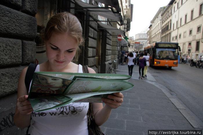 турист с картой на улицах Флоренции