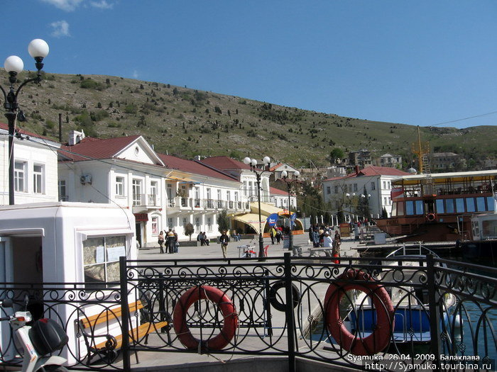 Слева высились горы. У их подножия стояли нарядные белые 2-3-этажные домики под красно-бордовыми крышами.