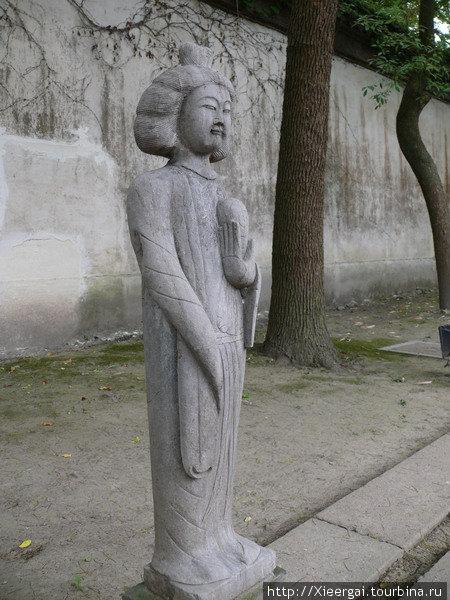Внимание привлекли так же выставленные в ряд статуи певичек эпохи Тан. У них у всех абсолютно плоская грудь.