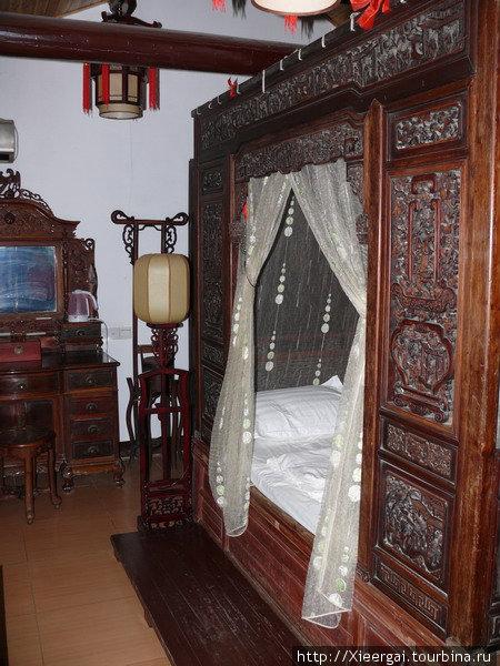 Гостиница, не дорогая, обставленная мебелью трёхсотлетней давности. Можно реализовать в жизнь, подсмотренное в музее, на, так сказать, натуре.