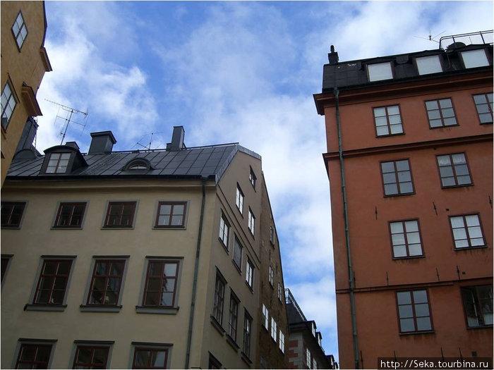 Именно этот дом справа