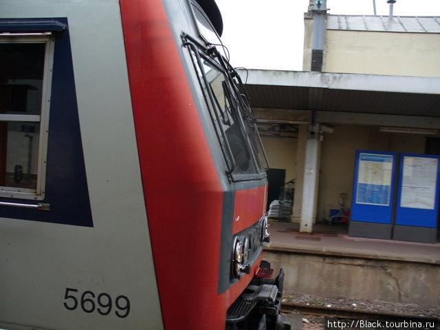 RER отъезжает от станции Versailles-Chantiers