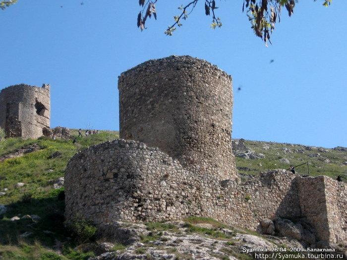 Вот они — руины крепости Чембало! Той самой крепости, которой от роду более полтысячи лет. Можно потрогать руками шершавые стены, изувеченные и разрушенные временем остатки древних строений...
