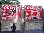 Реклама китайской кока-колы. Интересно, что иероглифы названия напитка можно прочесть как