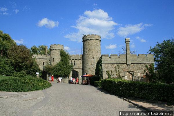 С западной стороны дворец кажется средневековым замком, полным загадок и тайн.