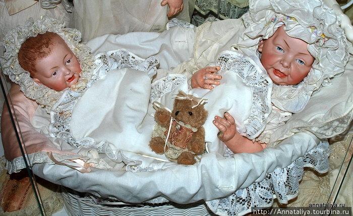 На мой взгляд, самые интересные в коллекции — это характерные куклы. То есть, те, у которых на лицах показаны эмоции. Вот, например, эти младенцы. Такое впечатление, что они почти настоящие.