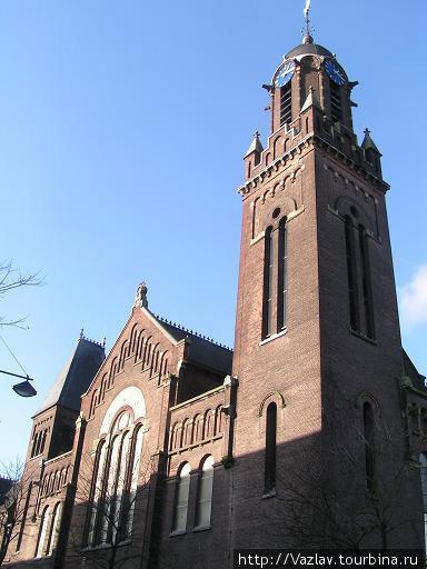 Фасад церкви и башня