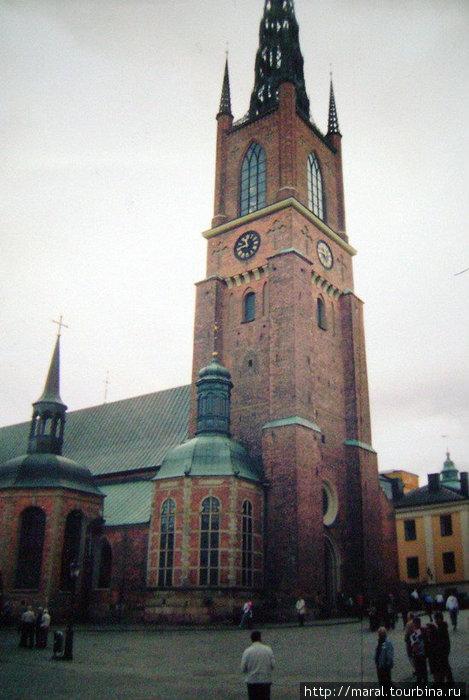 Церковь Риддархольмсчуркан, построенная в XIII в., является усыпальницей многих шведских королей.