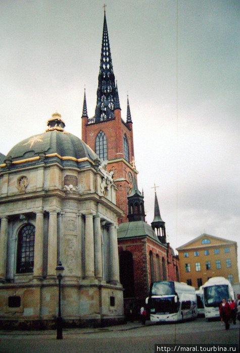 Возле церкви Риддархольмчуркан остановились сразу три комфортабельных автобуса с российскими туристами.