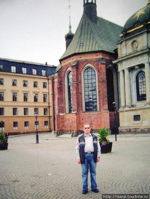 Оказавшись в Стокгольме на Риддархольмене, невозможно обойти вниманием величественный католический собор.