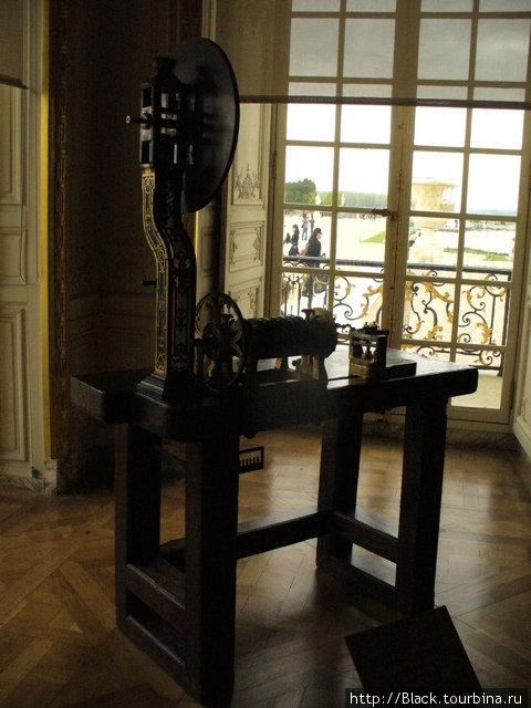 Иногда из коридоров и комнат Версальского дворца тянет на улицу... Там светло и солнечно...