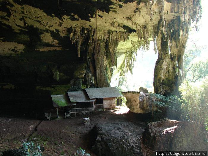 Вход в пещеру Неа