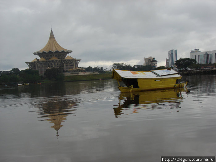 Река в городе Кучинг