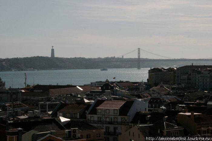 вид с Алафамы на город — перед вами статуя Спасителю, охраняющая Лиссабон и мост 25 апреля через реку Тежу