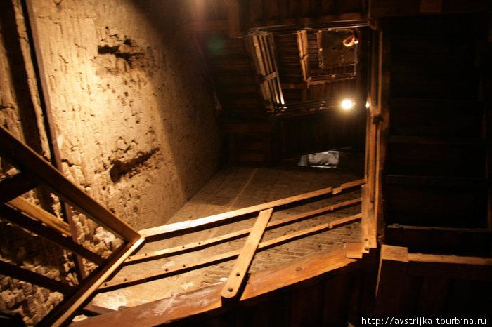 лестница внутри башни Азинелли