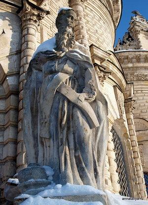 Скульптуры у входа.