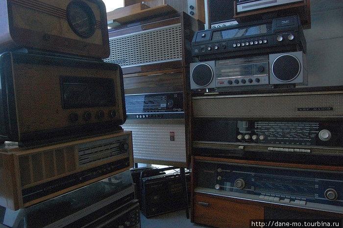 Старый радиоприемники магнитофоны