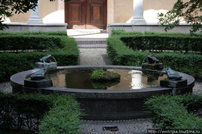 внутренний дворик в церкви Санта-Мария-делле-Грацие в Милане
