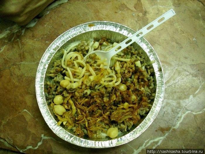 А вот так кушари выглядит, причем нам положили в одноразовые тарелки, а местным в обычную посуду, которую потом моют.