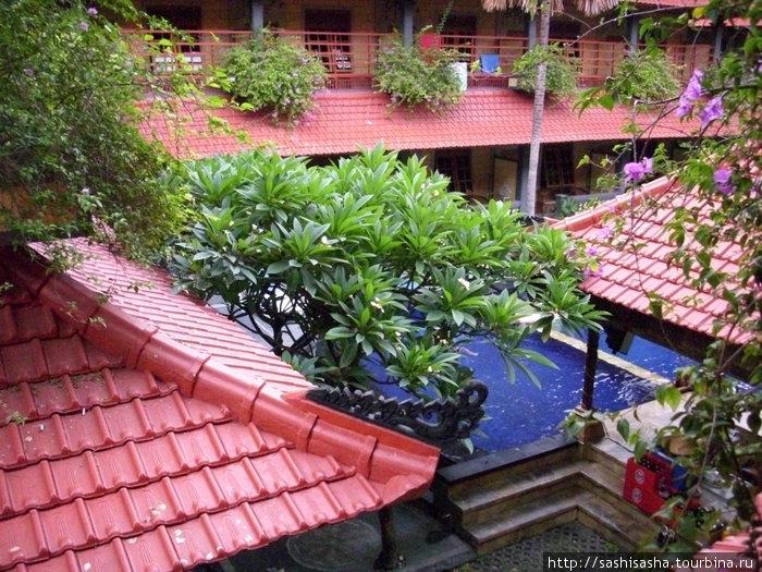 Вид из нашего окна. В каждом номере просторный балкон со столиком.