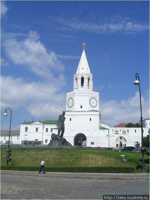 Спасская башня (вид с площади 1 мая)