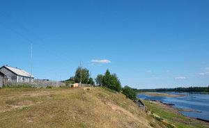 Деревня стоит на крутом берегу Илыча