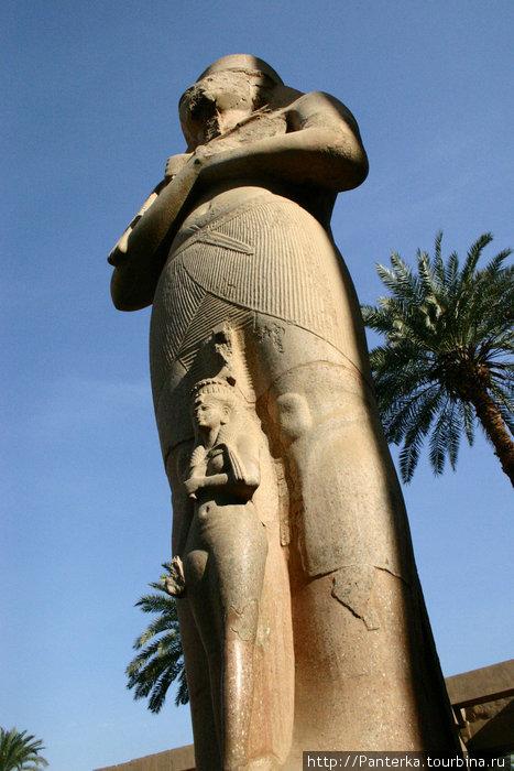 Рамсес и Нефертари. Как еще показать потомкам, что я великий фараон? Правильно, изобразить, насколько я возвышаюсь над остальными людьми, в даном случае над собственной женой...