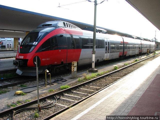 Транспортная сеть представлена пятью линиями метрополитена, автобусами, трамваями и системой пригородного и внутригородского железнодорожного транспорта именуемой Schnellbahn (на фото)