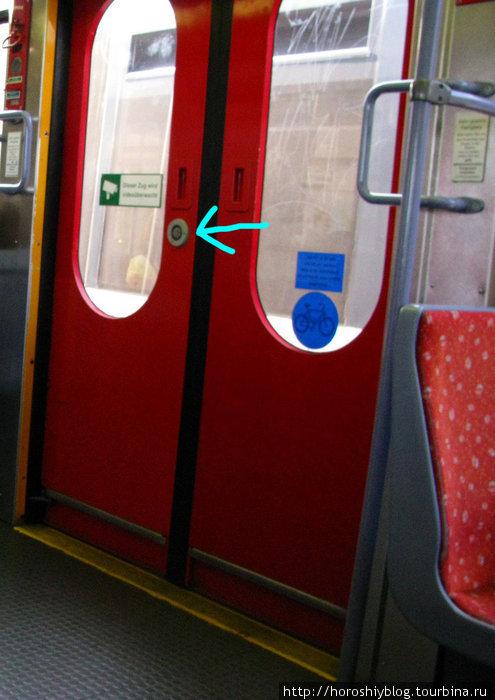 На остановках двери не открываются самостоятельно, для того чтобы выйти — следует нажать кнопку на двери, либо на поручне, то же самое и снаружи.