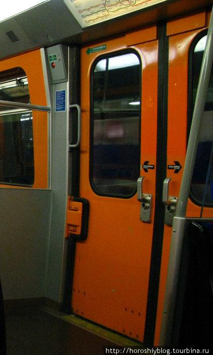 Причём кнопками открываются двери в новых метропоездах, в старых нужно дергать за ручку