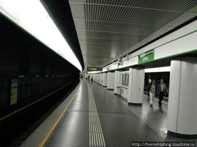 Помимо эскалаторов на больших станциях еще есть и лифты для пассажиров с тяжелыми сумками.  Сами станции ничем особо не примечательны
