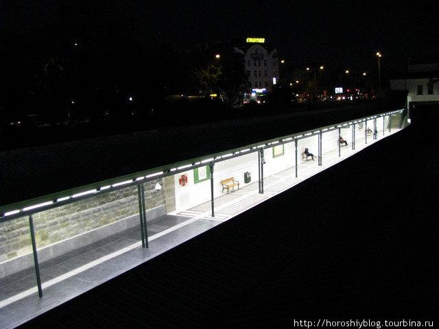 Так как венское метро неглубокое и часто выходит наружу, станции нередко расположены прямо на улице