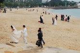 Если сесть на одну из деревянных лавочек, установленных не берегу, и, спрятавшись в тени пальмы, понаблюдать за китайцами, то можно увидеть много веселого и любопытного...