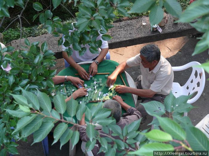 Четверо пенсионеров играют в Мацзян