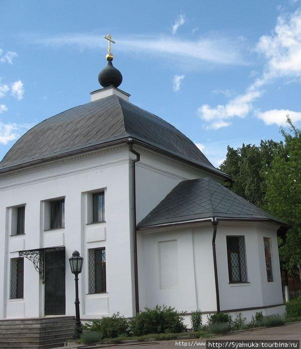 Жена Арсеньева Евдокия Арсеньевна, которая почти на 20 лет пережила мужа, тоже как могла поддерживала храм, а в 1819 году пристроила к нему придел.