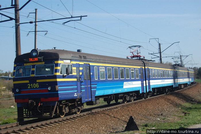 Железная дорога на выезде из Таллина рядом с трассой.