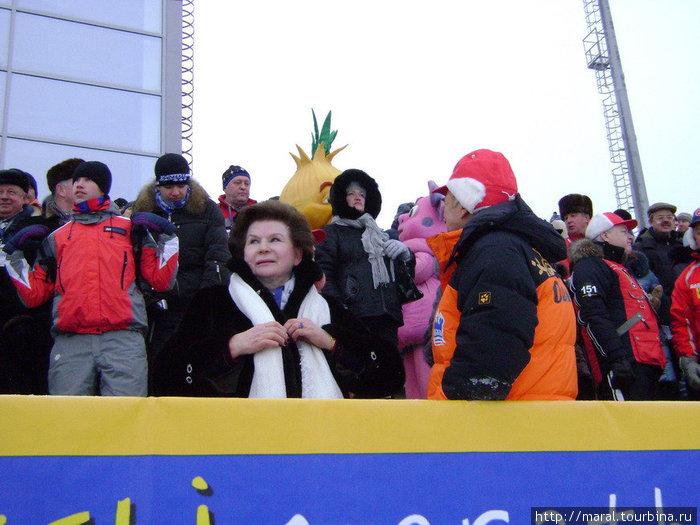 – Я желаю нашим спортсменам убедительной победы, – напутствовала российских лыжников выдающаяся землячка, первая в мире женщина-космонавт, ныне депутат ярославской областной думы Валентина Терешкова.