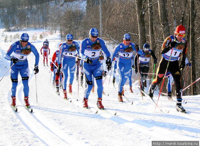 На протяжении всей гонки преследования с переменой стиля на 30 км российские лыжники бежали кучно