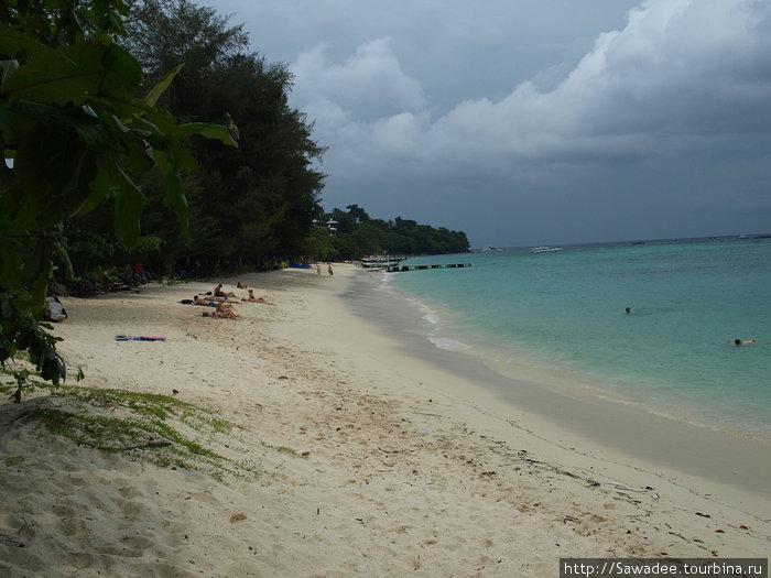 Сам Лонг бич. Мелкий песочек, ровное дно. Прозрачная вода.