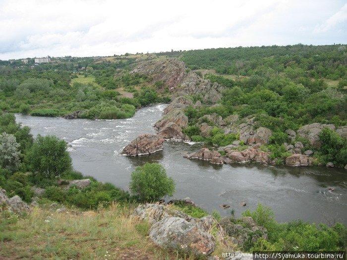 Где-то там , внизу, извивалась и пенилась серебристая лента реки, по которой, словно грецкие орехи, большие и маленькие, были разбросаны камни.