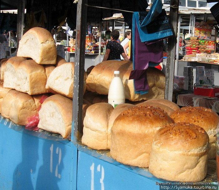 Это были роскошные белые буханки только что выпеченного хлеба.