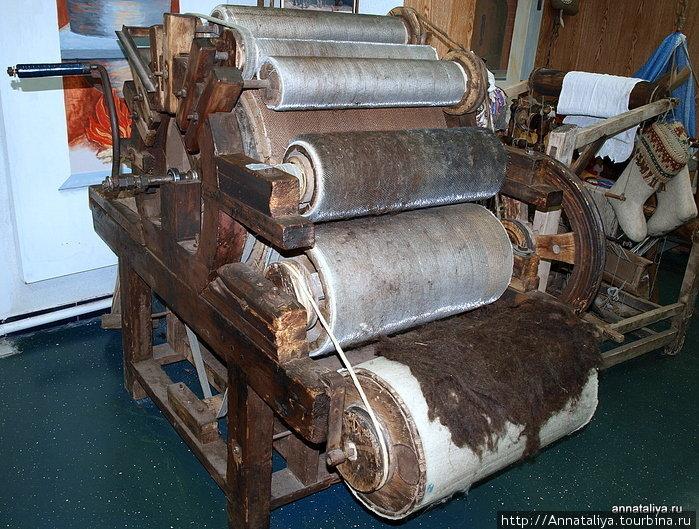 Но около ста лет назад, как это ни странно, англичане придумали машину для расчесывания шерсти. Шерсть закладывается с одной стороны, потом колесо раскручивается, и шерсть выходит с другой стороны уже, какая надо.
