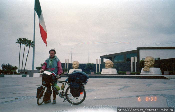 На фоне самого большого флага Мексики и голов мексиканских президентов.