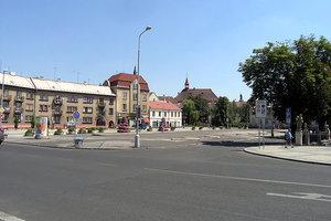 В Хомутове, как и положено провинциальным европейским городкам, приятно удивляют цены на недвижимость. Купить 2-3-х комнатную квартиру в отличном состоянии здесь можно за 20-30 тысяч евро.