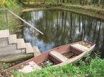 Небольшой пруд был вырыт с южной стороны дома. В семье Чеховых его называли Аквариумом.