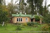 Со стороны сада усадебный дом кажется совсем небольшим, но в нем хватало места всему семейству Чеховых.
