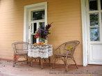 На веранде, как в спектакле, стояли плетеные стол и кресла, на столе — кружевная скатерть, букет с цветами... Все это сохранялось и в семье Чеховых.